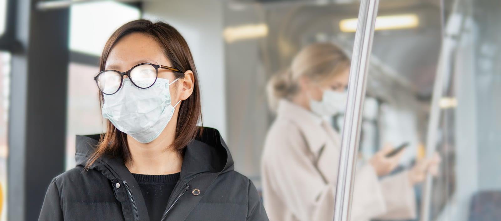 Frau mit beschlagener Brille wegen Atemschutz